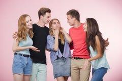 笑站立愉快的微笑的年轻的小组的朋友一起谈话和 最好的朋友 免版税图库摄影