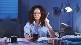 笑笔记的妇女文字在裁缝` s桌上在晚上,缝合分类 股票录像