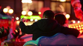 笑结合做在吸引力的Selfie在圣诞节市场上,笑在Xmas市场的年轻家庭 快活 影视素材