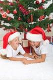 笑结构树的圣诞节前孩子 免版税库存图片