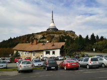 说笑话的,捷克共和国- 2012年10月06日:汽车停放在名为的收发器下从建筑师卡雷尔Hubacek在秋天说了笑话近 库存照片