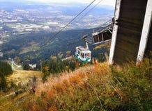 说笑话的,捷克共和国- 2012年10月06日:移动向顶面的空中览绳绿色客舱名为说笑话与背景的利贝雷茨市 库存照片