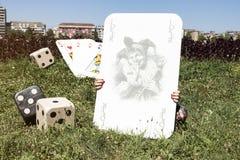 说笑话者卡片,切成小方块和在它后的女孩 库存照片