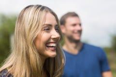 笑逗人喜爱的夫妇微笑和 图库摄影