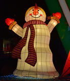 笑雪人的五颜六色的轻的装饰看起来满意对长的围巾 免版税图库摄影