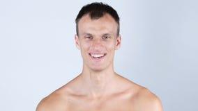 笑,一个英俊的年轻赤裸上身的人的画象 免版税库存照片