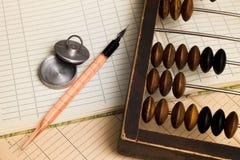 笔、印花税和老算盘 免版税库存图片