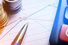 笔、硬币在工商业票据和计算器报告图 免版税库存照片