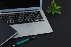 笔、组织者和膝上型计算机在黑背景 库存图片