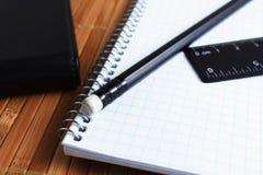 笔、螺纹笔记本和统治者 库存图片