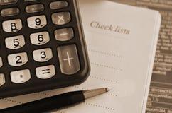 笔、计算器和笔记本 免版税库存照片