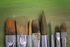 画笔、调色板和艺术品 免版税库存图片
