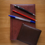 笔、铅笔和笔记本 免版税库存照片
