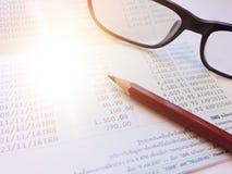 笔、镜片和储蓄帐户存款簿在白色背景 免版税库存照片