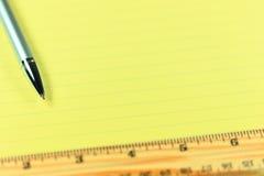 笔、统治者和纸 免版税库存照片
