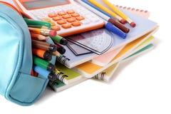 笔匣和学校与在白色背景和计算器的学生供应隔绝的书 免版税库存照片