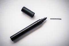 黑笔和一条手拉的线,隔绝在白色背景 库存图片