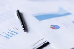 笔和图表 免版税图库摄影