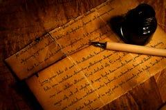 笔和墨水池在老纸 图库摄影