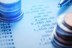 笔和硬币在工商业票据 报告图 免版税库存图片