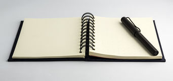 黑笔和空白的笔记本 库存图片