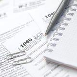 笔和笔记本是在报税表1040 U的谎言 S Individua 库存照片
