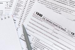 笔和笔记本是在报税表1040 U的谎言 S Individua 免版税库存图片