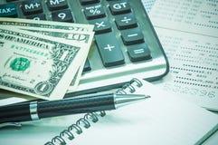 笔和笔记本,泰国钞票,储蓄存款存款簿 免版税库存照片