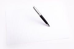 笔和简单的颜色纸 免版税库存照片