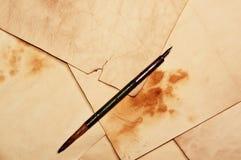 笔和老页 免版税图库摄影