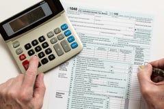 笔和计算器在2015形式1040 免版税图库摄影