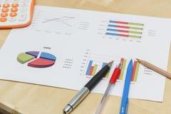 笔和铅笔在企业图表与计算器 图库摄影