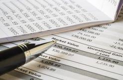 笔和银行帐户在投资声明报告 免版税库存图片