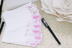 笔和页客人的祝愿新婚佳偶 免版税库存照片
