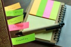 笔笔记五颜六色与书支柱 免版税库存照片