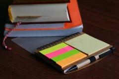 笔笔记五颜六色与纸板料和书支柱 免版税库存图片