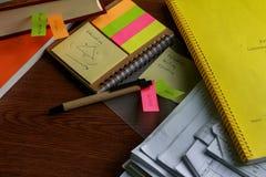 笔笔记五颜六色与纸板料和书支柱 库存照片
