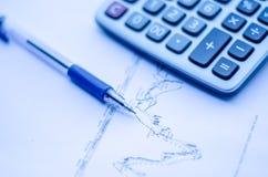 笔被安置在财务统计数据和图表 免版税图库摄影
