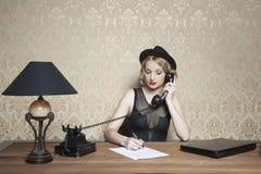 笔记、电话和一个完全焦点 库存图片