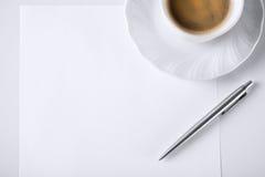笔记和咖啡的白纸 免版税库存图片