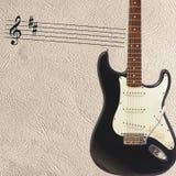 笔记和固体经典电吉他在轻的皮肤背景的右面 免版税库存图片