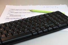 笔记和键盘静物画  免版税库存图片