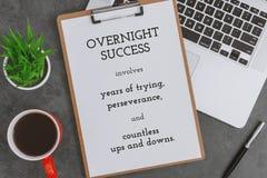笔记本、剪贴板、膝上型计算机和红色咖啡杯在深灰背景 在纸的激动人心的生活行情 免版税库存照片