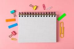 笔记本、夹子和贴纸在颜色背景 库存照片