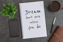 笔记本、手机、笔和咖啡杯在深灰背景 在笔记薄的激动人心的生活行情 免版税图库摄影