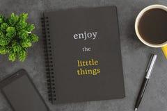笔记本、手机、笔和咖啡杯在深灰背景 短的行情关于生活 库存照片