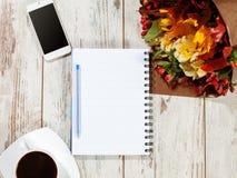 笔记本、电话和coffe计划的 图库摄影