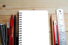 笔记本、笔、铅笔、刀片、飞剪机和统治者 库存照片