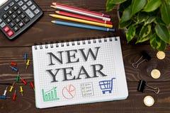 笔记本与在办公室桌上的一个笔记新年与工具 C 库存照片