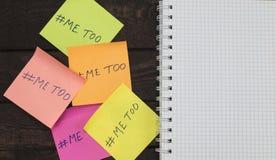 笔记本和仿造的hashtag在黏着性笔记张贴的嘲笑  免版税库存照片